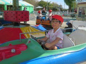 <p>「僕、カッコいいでしょう?」<br />お父さんもお母さんも車に乗って、いつもカッコいいよ。<br />今日は僕もカッコよく決めたよ!(*^^)v</p>