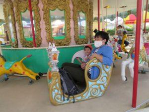 <p>こちらのお父さんも楽しんでいますね?<br />一緒に乗ってもらってお友だちの笑顔も素敵!<br />お父さんと一緒に乗ってよかったですね。</p>