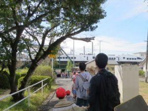 <p>「カンカンカンカン」 「ゴー ゴー」電車が通ります。<br />遮断機の音に、「電車が来るよ~」 みんな期待して待ちました。<br />「い~ち、に~」あれもう終わった?(・_・;)<br />「カンカンカンカン」 今度こそ!「ゴー ゴー」<br />「い~ち、に~、さ~ん・・・・・」今度はたくさん走り去りました。<br />しかも真っ白な「白いツバメ」</p>