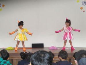 <p>おジャ魔女カーニバルを踊るのは、つぼみ組の女の子。キュートな衣装がとても似合って素敵です。初めてのお遊戯会でしたが、可愛くしっかり踊れました。</p>