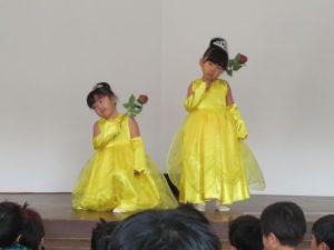 <p>お!! 黄色いドレスに身を包んだ美少女が、「美女と野獣」の曲を踊ります。スローテンポの曲でしたが、体でしっかりカウントを取って、優雅に踊っていました。最後はバラを一輪持って、おすましポーズ。</p>