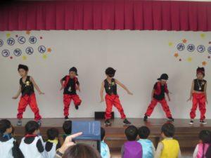 <p>年長さんは、3代目 J soul Brothersになり切って、「R.Y.U.S.E.I」踊りました。ランニングマンが見所でしたが、間奏部分では、ブレイクダンスにも挑戦していました。</p>