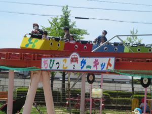 <p>神野公園のジェットコースターと言えば、ゆる~い感じの「ちびっこサーキット」<br />子どもたちも笑顔で乗れる絶叫マシーン。絶叫って、大声の笑い声かな~?(≧▽≦)</p>