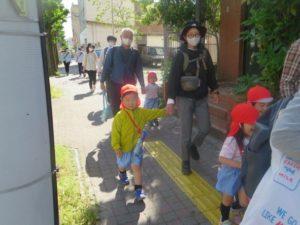 <p>若楠幼稚園に入園して初めての行事、「春の遠足」<br />お母さんと手をつないで神野公園まで歩けるかな?<br />頑張りましょう!</p>
