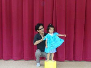 <p>お父さんと一緒の幼稚園。<br />手づくりのお洋服を着て、ポーズもバッチリ決まりました。</p>
