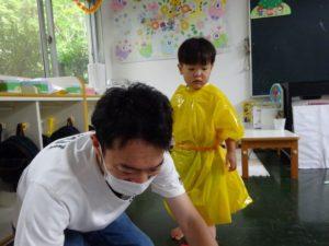 <p>年長のお姉ちゃんの分も二着作らないと・・・<br />お父さん、大丈夫かな~?とお父さんの背中を見て、幼心に心配しています。</p>